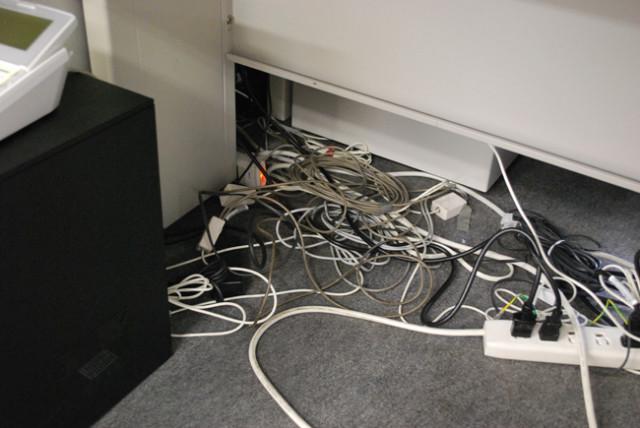 コンセントや電話の線、とにかくオフィスにはケーブル等の配線が複雑