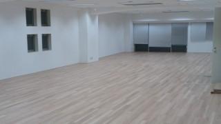今のオフィスに手軽にフローリングの空間を作れる塩ビタイルとは?
