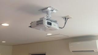 オフィスのプロジェクターは天井に設置する天吊りがおすすめ