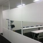 オフィス内装で大人気。アロワーズのアルミパーテーションはなぜ安くて早いのか?