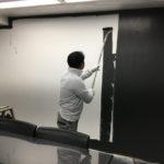 【塗装工事】会議室の壁を黒く塗ると・・・